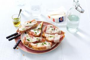Traditionelles Brot mit Ziegenkäse Mild und Serrano-Schinken
